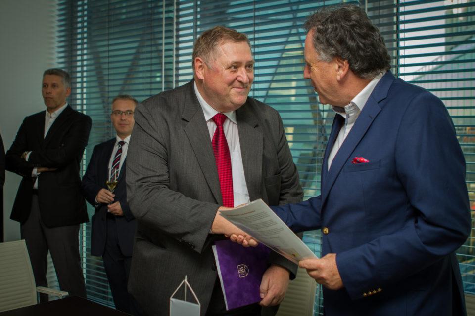 Dekan Fakulty ekonómie a podnikania, doc. Korauš a zástupci Slovensko-čínskej obchodnej komory.