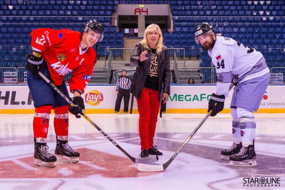 Iveta Radičová otvára zápas hokejového tímu Paneuropa Kings