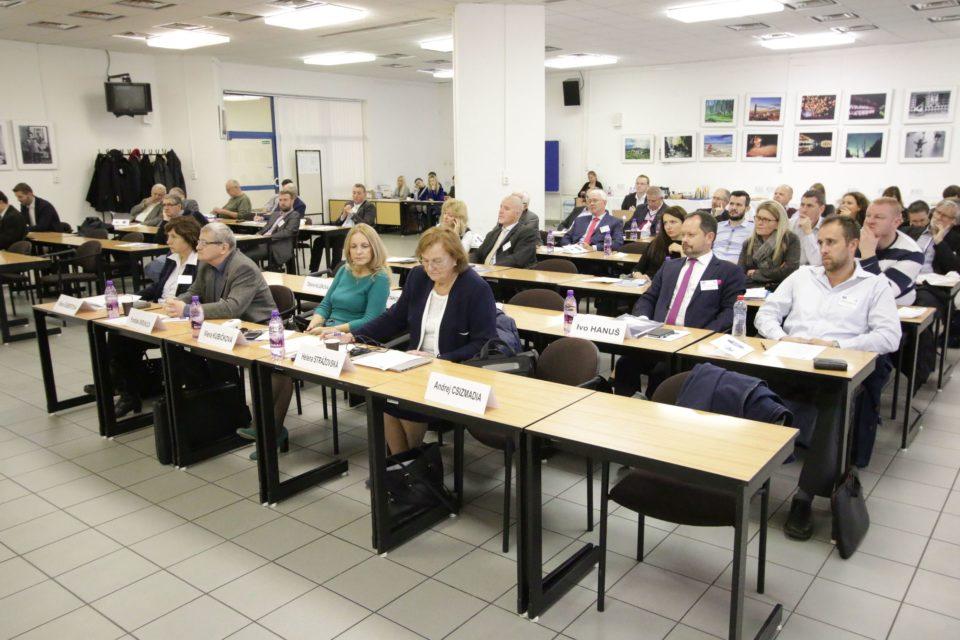 Na konferencii Malé astredné podnikanie vEurópskom hospodárskom priestore vystúpil aj doc. PhDr. František Okruhlica, PhD., vedúci Ústavu manažmentu amarketingu FEP PEVŠ.