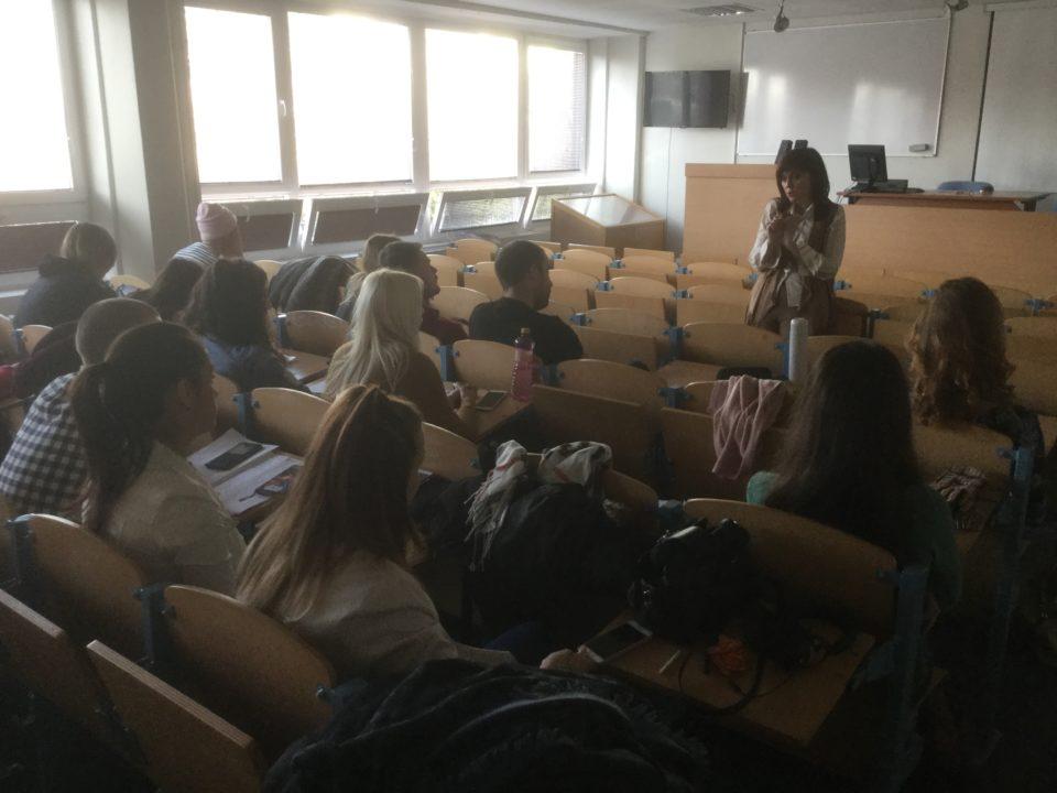 Gabika Pirošková z RTVS na prednáške na Fakulte masmédií PEVŠ