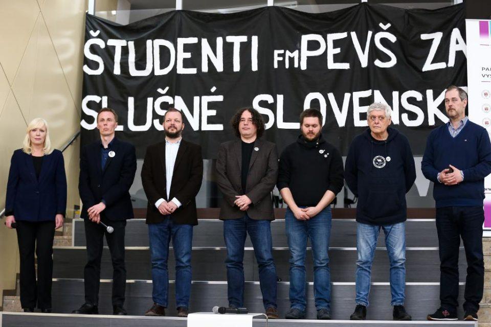 Dekanka Fakulty masmédií spolu so študentmi PEVŠ dnes otvorili unikátnu výstavu novinárskej práce Jána Kuciaka